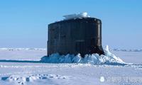 秣兵北极:美海军攻击性核潜艇刺破冰层浮出洋面