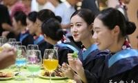 """最暖心""""散伙饭"""": 四川一高校免费自助大餐送别毕业生"""