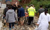 泥石流阻断212省道 警民合力抬着病人走了4公里
