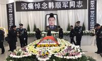 四川缉毒警察韩顺军悼念仪式举行,数千群众自发送他最后一程