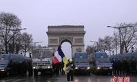 法国警方在巴黎香榭丽舍大街向示威者施放催泪瓦斯