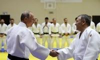 普京积极做热身与国家柔道队选手过招 实力抱摔对手