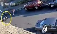 是人是鬼?女孩穿马路被撞飞 起身追同伴吓呆司机