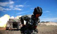 新疆军区某装甲团炮兵营组织自行火炮进行实弹射击训练