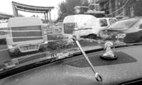 高速行车途中上演惊险一幕 铁扳手从天而降砸穿挡风玻璃 浙江科技新闻网_浙江在线