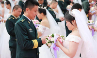火箭军某部70对青年官兵举行集体婚礼