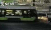 母亲驾车带孩子误闯轨道 轿车被撞飞电车脱轨
